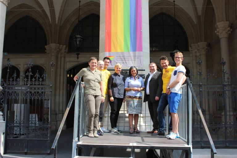 rathaus-regenbogenfahne-2016