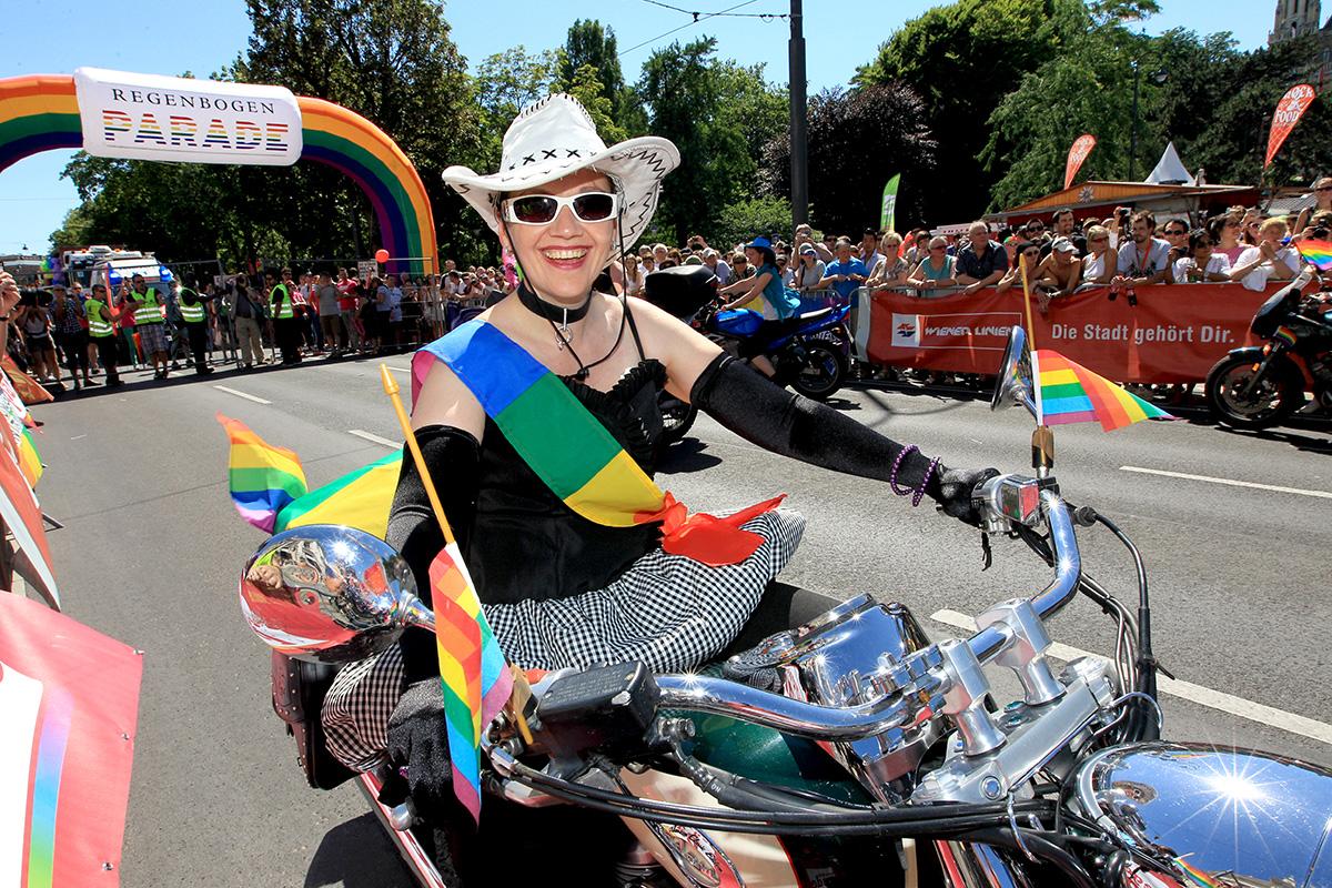 Regenbogenparade 2012: dyke on bike
